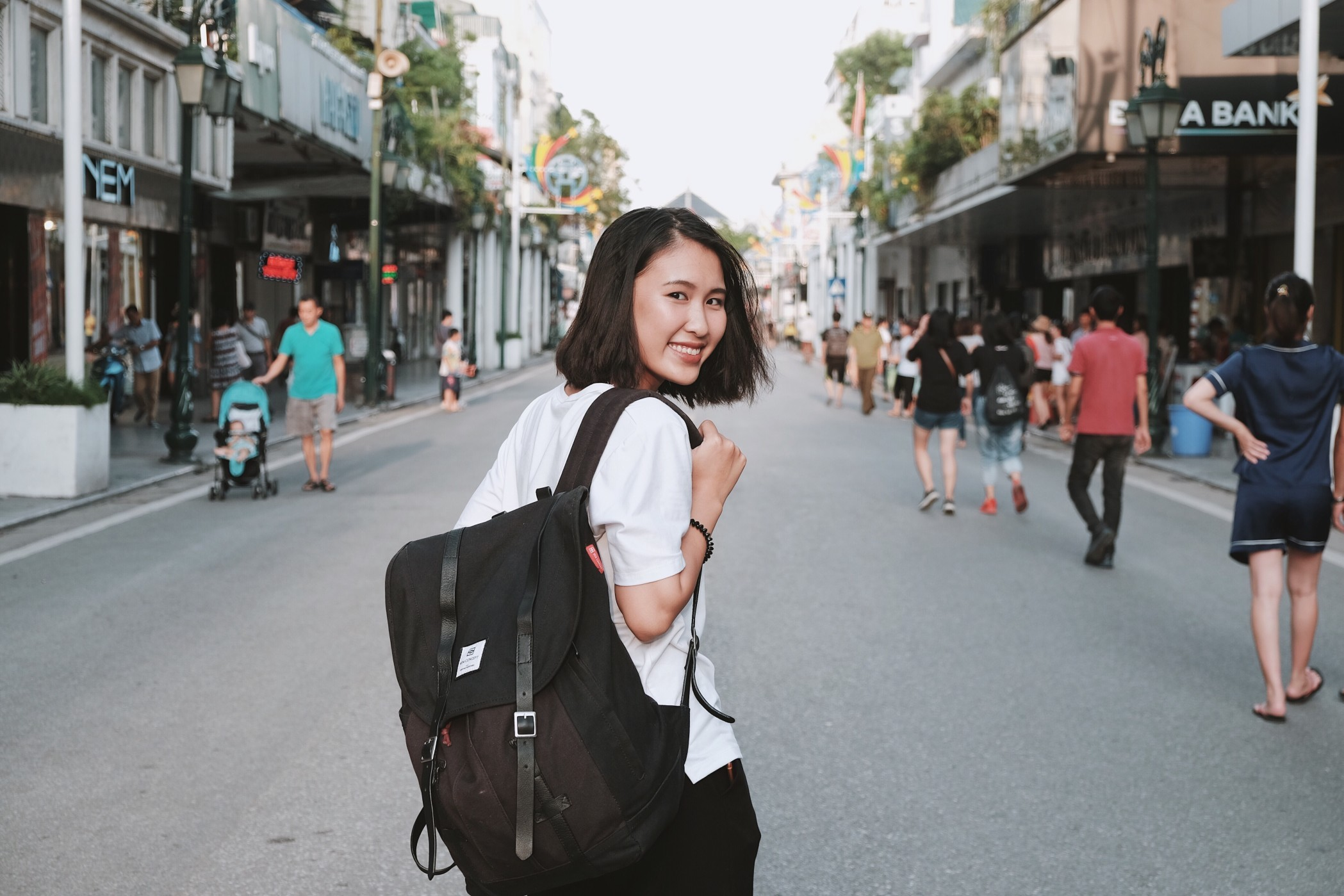 Students wearing backpack t20 Ky YZZE