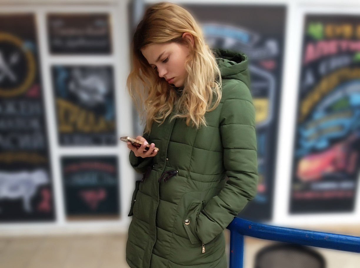 Young woman reading a sad message on mobile device t20 Jag Y6 O
