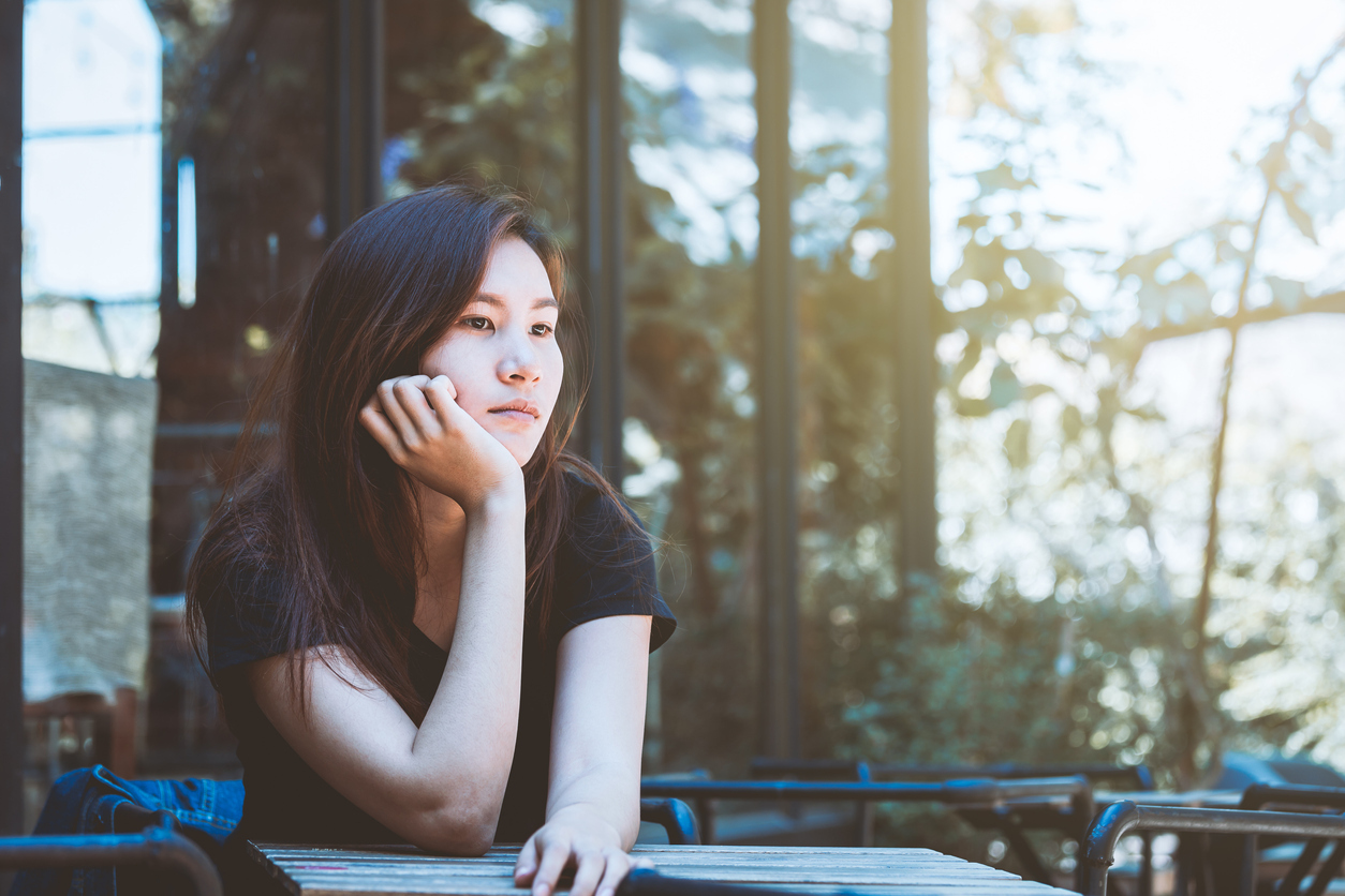 Young-woman-thinking-in-cafe